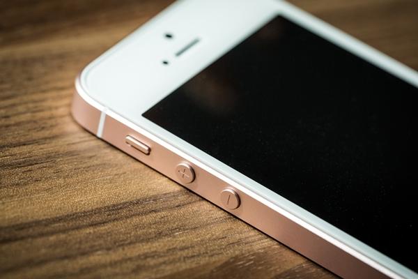 O iPhone SE tem tamanho compacto. (Foto: Divulgação)